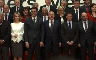 Президентът на ПЕС Сергей Станишев до френския премиер Мануел Ваал, председателят на ЕП Мартин Шулц и лидерът на испанските социалисти Педро Санчес на обща снимка на срещата на върха на евролевите лидери в Мадрид