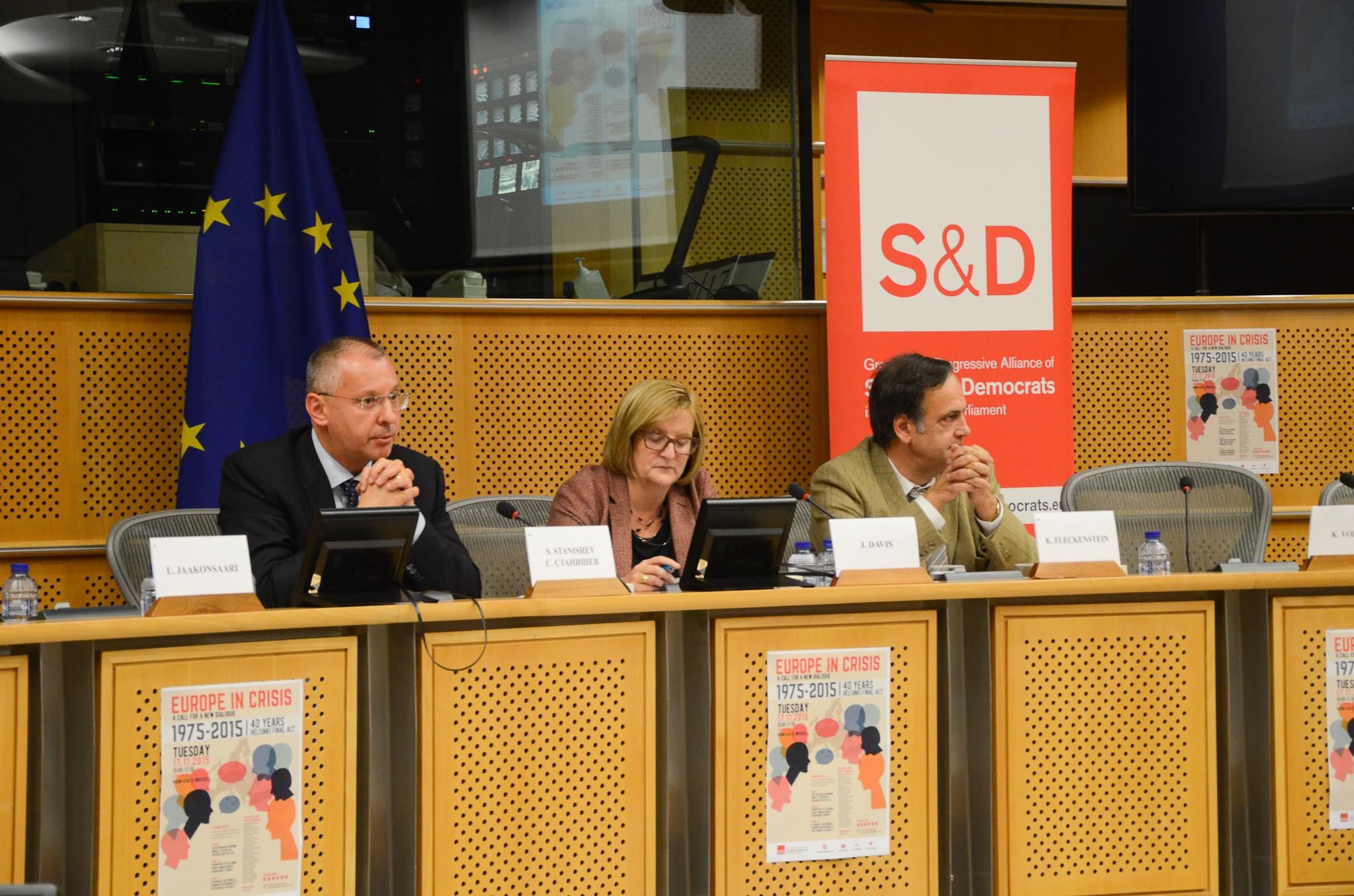 (от дясно наляво) президентът на ПЕС Сергей Станишев, Джаки Дейвис, директор на центъра по Европейска политика и Кнут Флекенщайн – заместник -председател на групата на социалистите и демократите в ЕП.